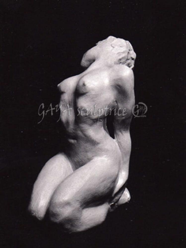 Elle -Pièce unique en terre crue, patinée ocre jaune, 4/1994, h 20cm x 15 x 10, Collection Privée